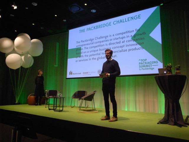Packbridges vd Johan Mårtensson när han presenterade tävlingen på Top Packaging Summit by Packbridge.
