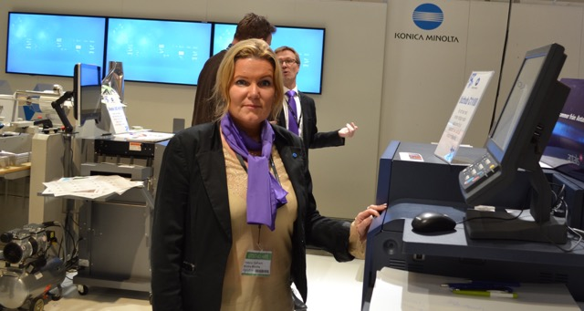 Helene Stålhem i Konica Minoltas monter på förra Sign&Print-mässan.