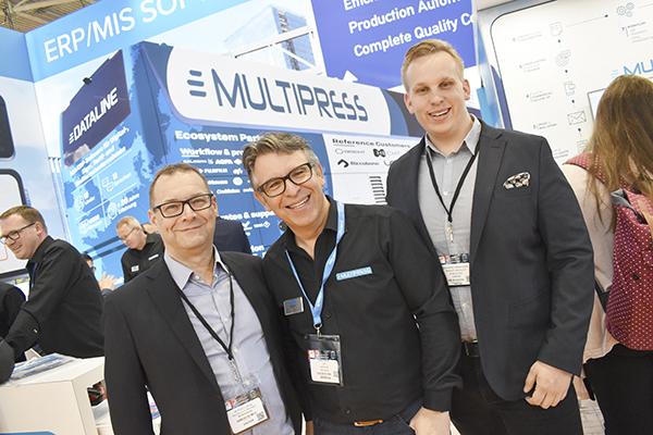 Peter Lofthag och Kristoffer Hermansson på NI Solutions på varsin sida om Datalines vd och grundare Dirk Deroo.