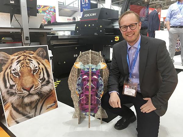 Patrik Zetterström är ansvarig för försäljningen av Ricoh storformat i Sverige. På ett år har Ricoh gått från att bara skriva på t-tröjor till att ha både latex- och uv-led skrivare för tyngre produktion.