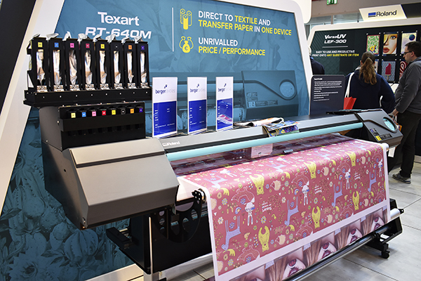 Med Texart RT-640M erbjuder Roland DG en textilmaskin som valfritt kan trycka direktsublimering eller via transferpapper.