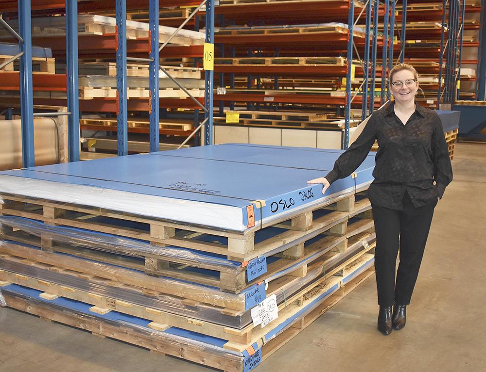 Stora skivor ger otympliga transporter. Därför är det bra att ha lager nära kunderna, säger Petra Carnbäck.