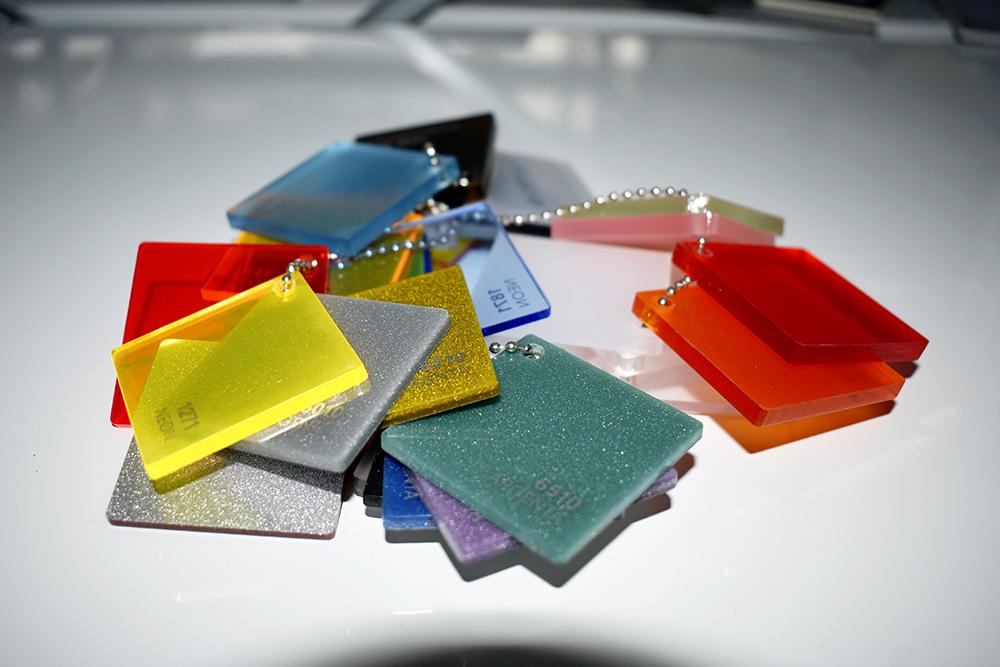 Infärgade plaster kan fås i provbitar, som lätt tas med ut till kund.