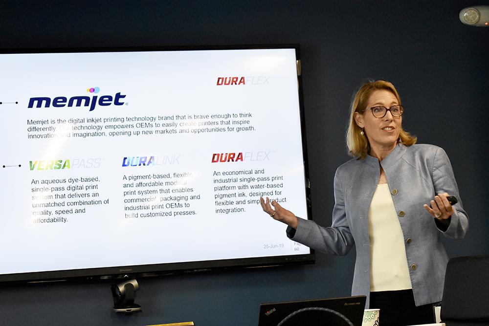 Kim Beswick, general manager på Memjet, presenterade senaste teknikinnovationen Duraflex.