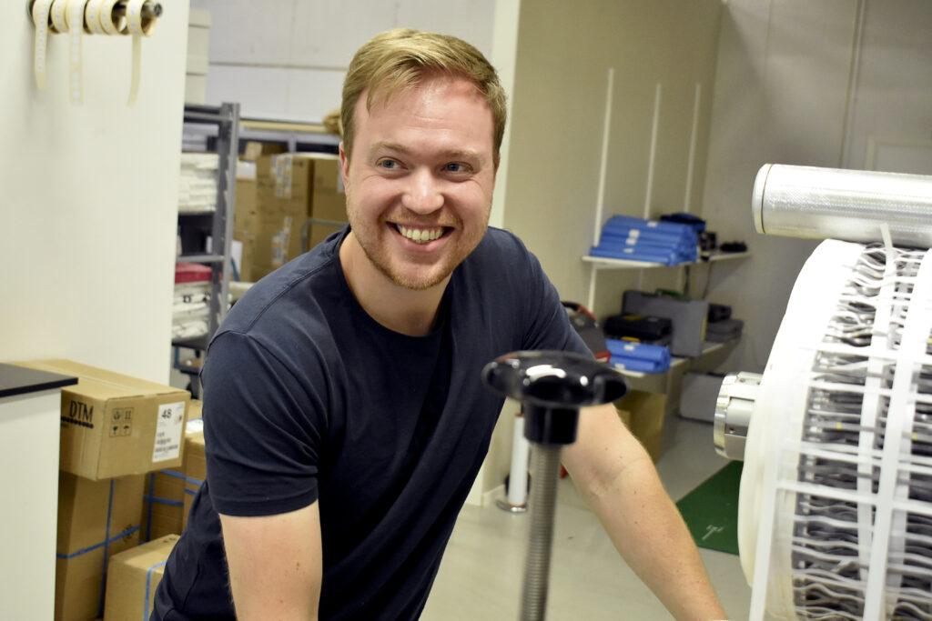 Johan Eriksson stansar etiketter på millimetern.