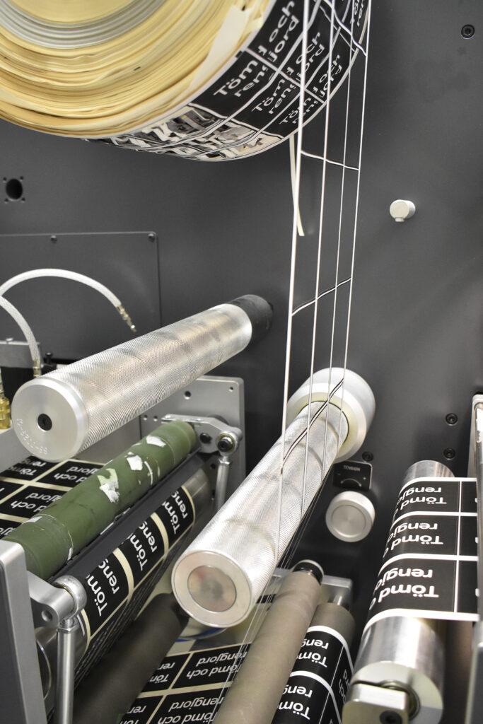 DC330Mini laminerar, lackar, stansar och skär. Ett kompakt system för att producera självhäftande etiketter.