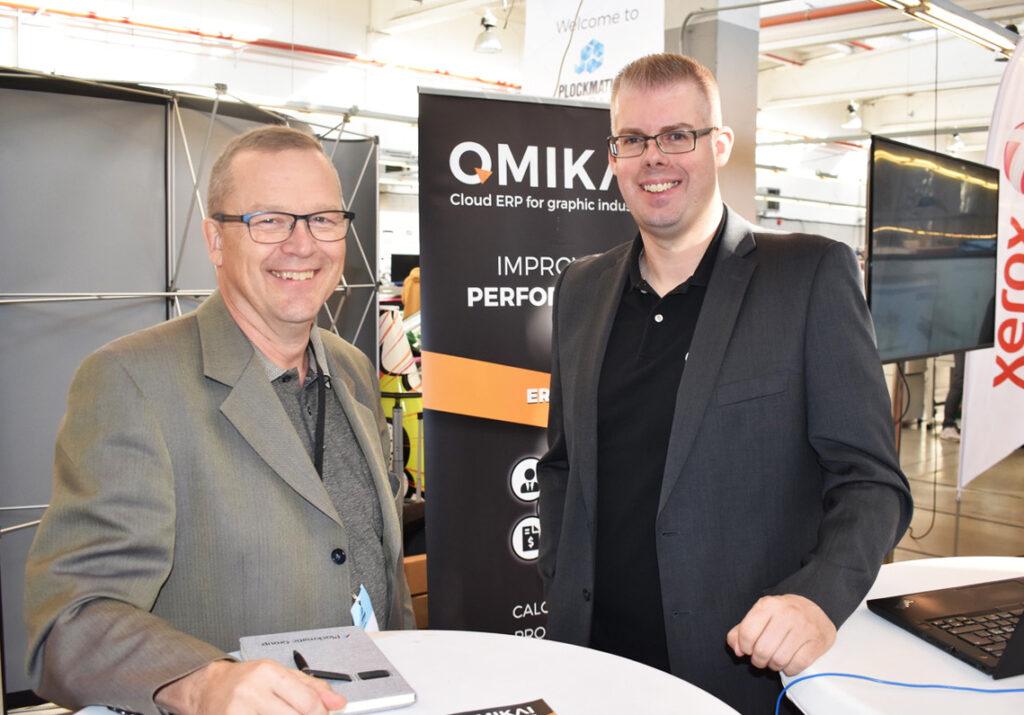 Mattias Erlandsson till höger är på plats i Omikais monter för att möta kunder från hela världen.