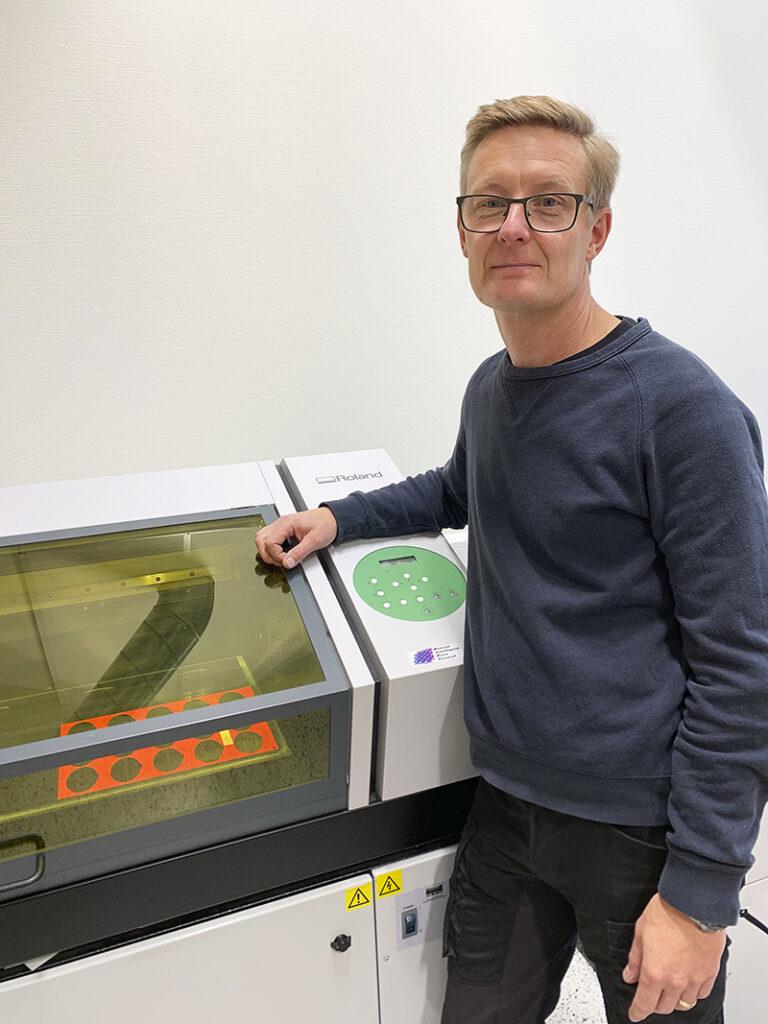 Johan Björklund, vd på Skylt & Reklam Gotland, gillar att det går att skriva ut på tio centimeter tjocka material.