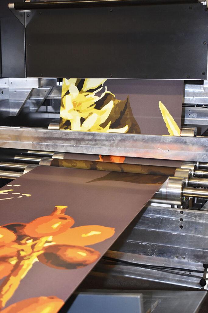 En vanlig dag produceras upp till 2 000 kvadratmeter tapet. 15 kvadratmeter i minuten. Den nya printern som ska installeras kommer att dubbla produktionshastigheten.