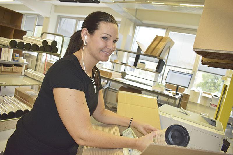 Operatören Linda Karlsson står och packar en beställning som ska till Los Angeles.