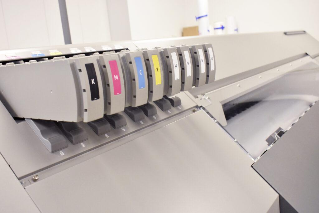Ricohs egenutvecklade latexbläcket körs i åtta färgkanaler och det går till exempel att skriva ut dubbelt med CMYK eller en kombination av fyrfärg och vitt för att skriva ut på transparenta material.