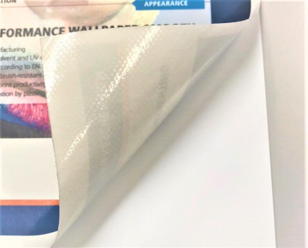 För bubbelfri montering har Neschen valt att använda sig av bland annat ett prickformat lim.