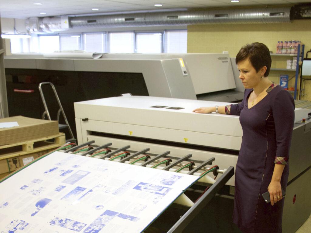 Många jobb läggs upp på onlinetryckeriets plåt och trycks samtidigt. Systemet bygger på att det kommer in 4 000–5 000 tryckorder varje dag, som kan sorteras i upplagor och pappersval.