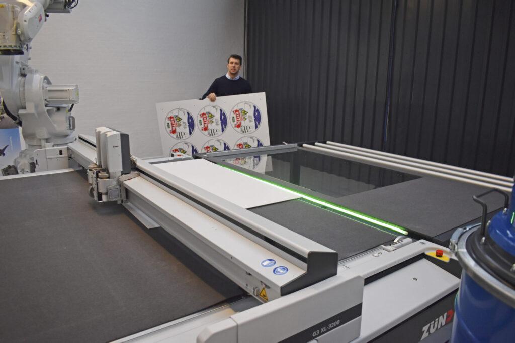 Kraven på skärmaskiner har ökat enormt sedan Zünd startade sin tillverkning 1984. I dag står 700 av deras maskiner i Norden. Även de äldsta klarar fortsatt daglig produktion – vilket ger höga begagnatpriser.