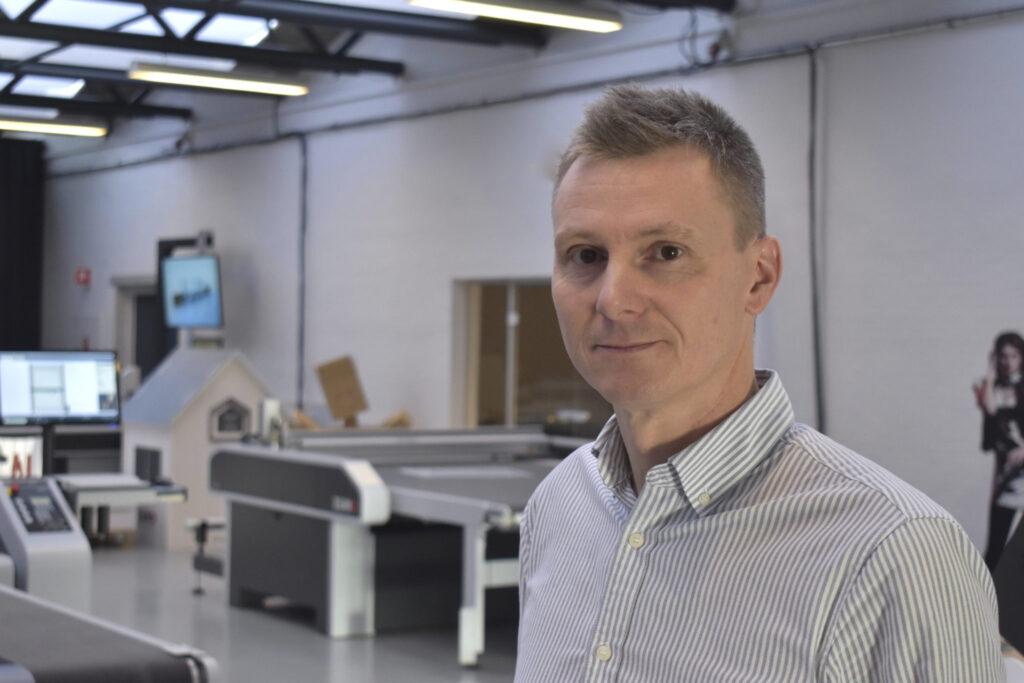 Jacob Hansen leder Zünd Skandinavien, med 20 medarbetare och service i alla nordiska länder. Många maskinvarianter finns utställda i Odder, utanför Århus i Danmark. Där byggs också speciallösningar, så att kunden kan testa innan leverans.
