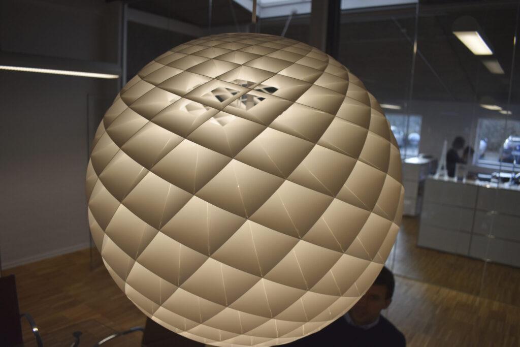 Den exklusiva lampfabrikanten Louis Poulsen använder Zünds skärbord för att skära ut komplicerade former i plast.