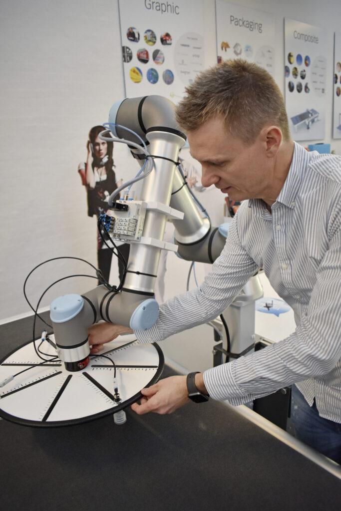 Många av Zünds lösningar levereras i dag med robotar. Robotens verktyg kan varieras och skapas ofta av Zünd Skandinaviens ingenjörer.