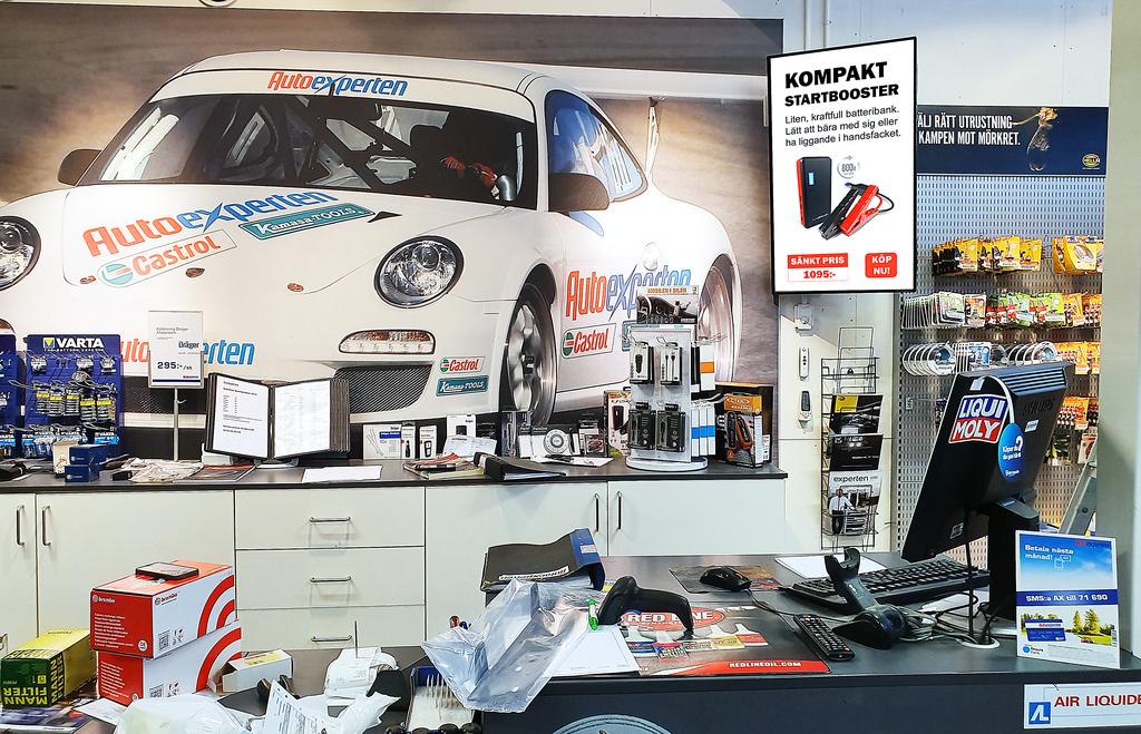 Företaget har installerat digitala skyltar i Autoexpertens butiker runtom i hela landet.