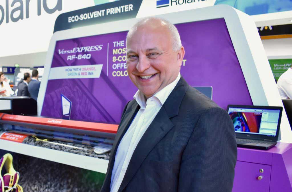 Paul Willems, chef för affärsutveckling och produktledning på Roland DG EMEA, är glad att äntligen kunna presentera företagets senaste nyheter.