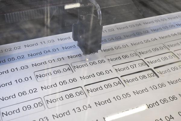 Lasergravyrmaskinerna, 18 till antalet, står uppradade i maskinhallen. De har till stor del levererats av Signcom, men nu senast från ACG Fyrtal som har tagit över agenturen på GCC-maskinerna.