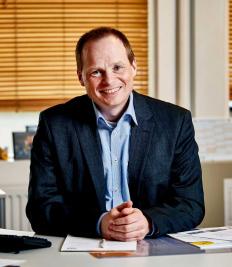 Enligt Kasper Larsen, KLS Pureprints kommersiella direktör kommer tryckeriet fortsätta sina satsningar på miljö och hållbarhet även framåt. Foto: Pressbild