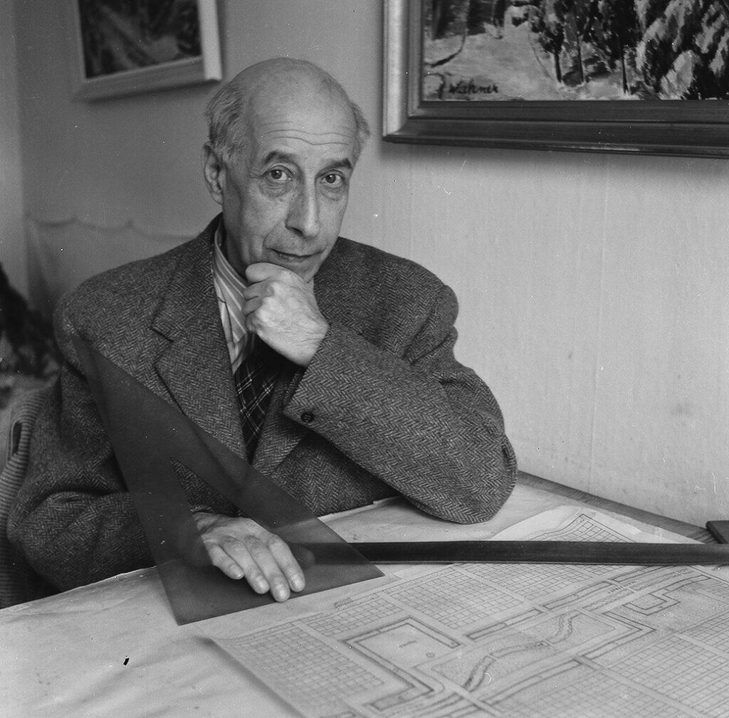 Josef Frank var en österrikisk- svensk arkitekt och formgivare som lämnade 2 000 möbel- designer och 160 textilmönster efter sig för Svenskt Tenns arkiv.